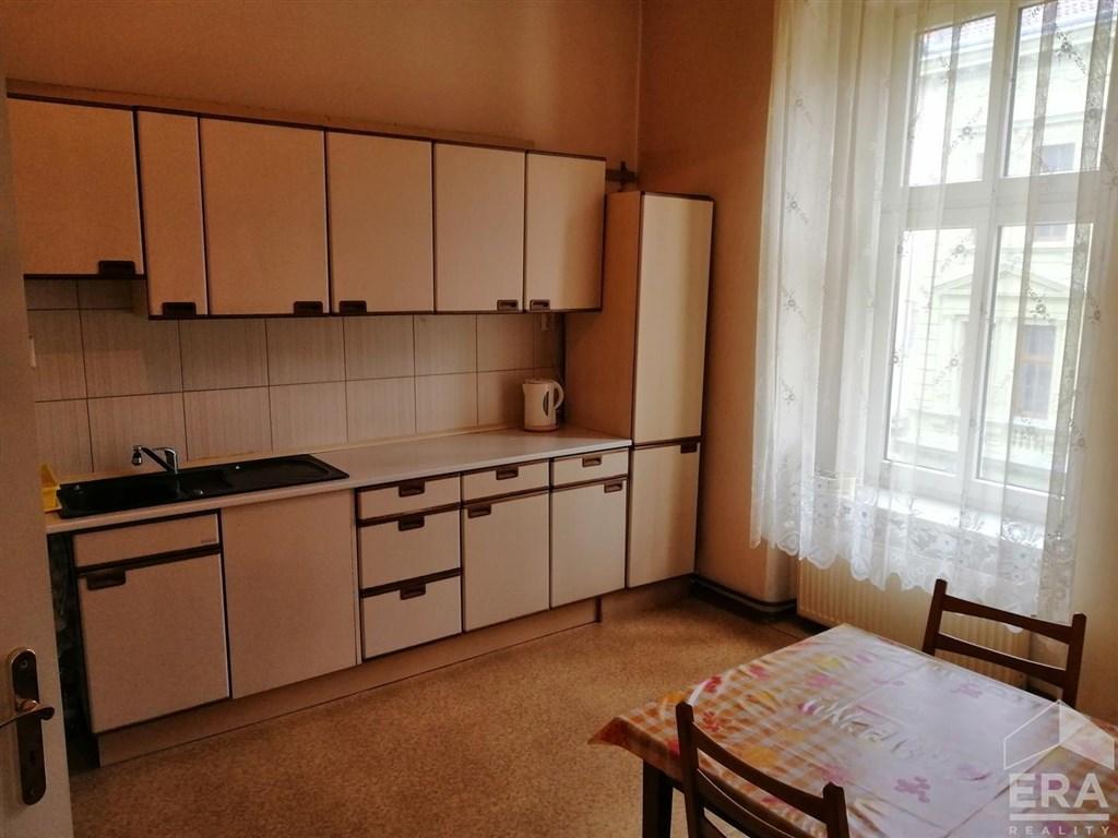 Pronájem zařízeného bytu 1+1 v činžovním domě centra Plzně.