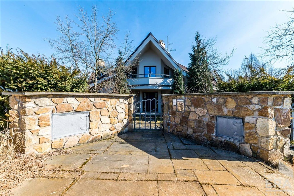 Prodej samostatně stojícího rodinného domu o celkové obytné ploše 385m2 s pozemkem 2014m2
