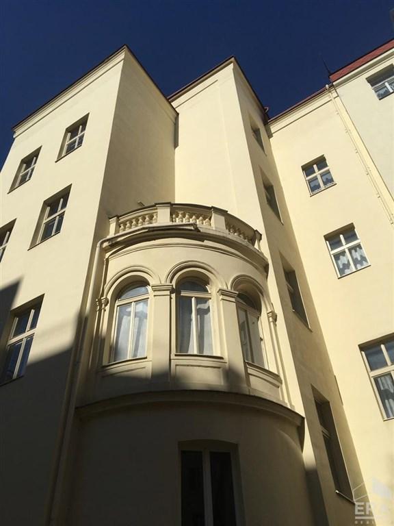 Pronájem prostorného,tichého bytu 3+1,129m2 s balkonem v historické části Prahy na Novém Městě  Hálkova ul.                                                                                        25 500Kč/měsíc