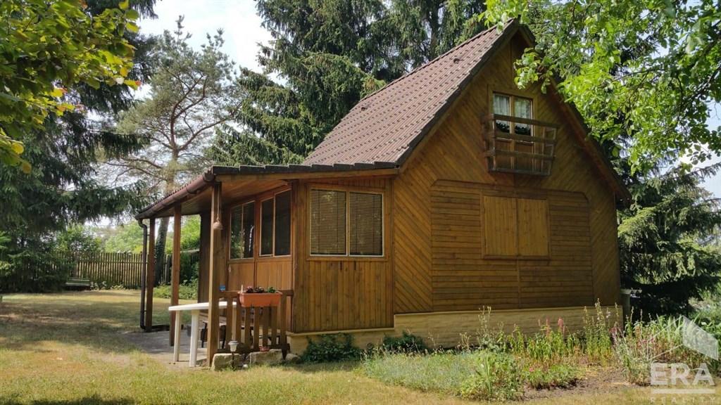 Prodej pozemku 742 m2 s dřevěnou chatou