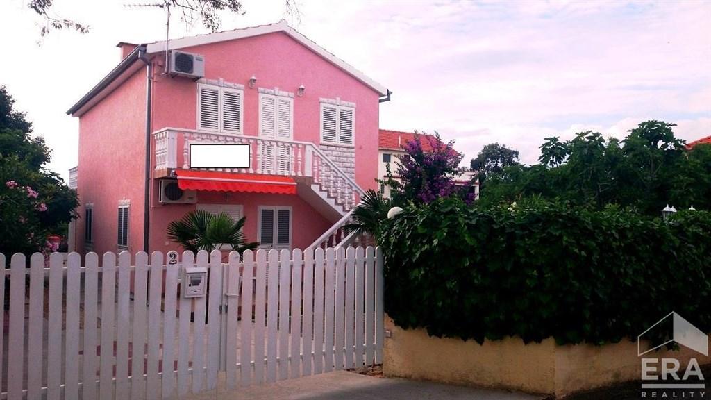 Prodej apartmánového domu se třemi apartmány, OV/T/Z, moře 150m, městečko Bibinje, Chorvatsko