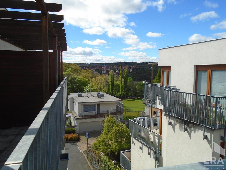 Pronájem bytu 2+kk 78 m2 s velkou terasou v nádherné lokalitě – v zeleni pod Strahovem v rezidenčním projektu Císařka