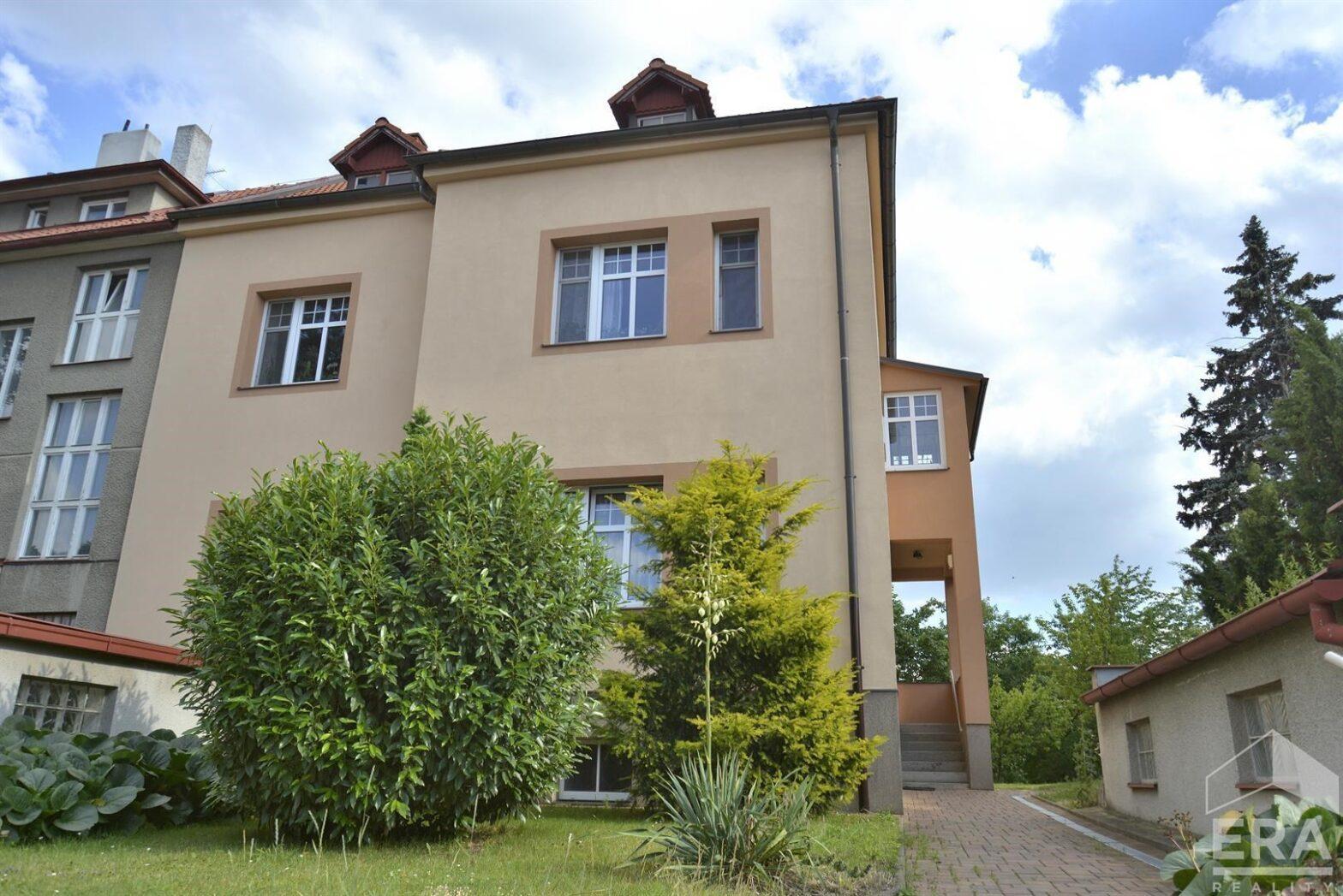 Exklusivní nabídka – prodej dvougenerační vily ve Strašnicích 381 m2 užitná plocha, 2 samostatné byty, 2 garáže, zahrada cca 800m2                              ul. Běchovická                                                        Cena 19 950 000 Kč