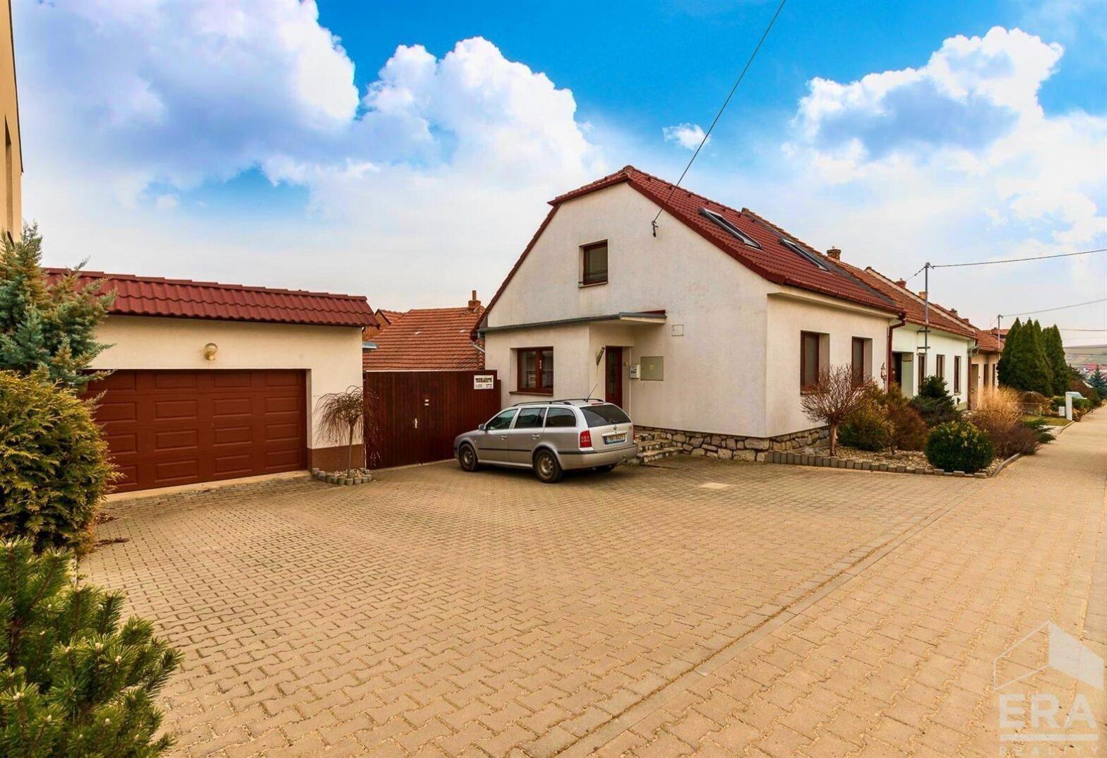 Rodinný dům po rekonstrukci s dvojgaráží, rozlehlým pozemkem, velkými dílenskými prostorami a výměnkem ve Viničných Šumicích.