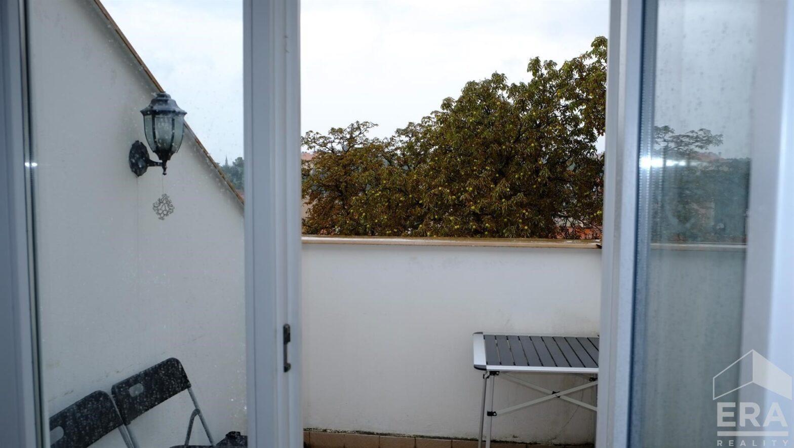 Pronájem krásného, podkrovního bytu 3+1+ balkon, 84 m², s výhledem na Vyšehrad a Prahu 2             ul. Vratislavova 25, Praha                                                         17 300 Kč/měs