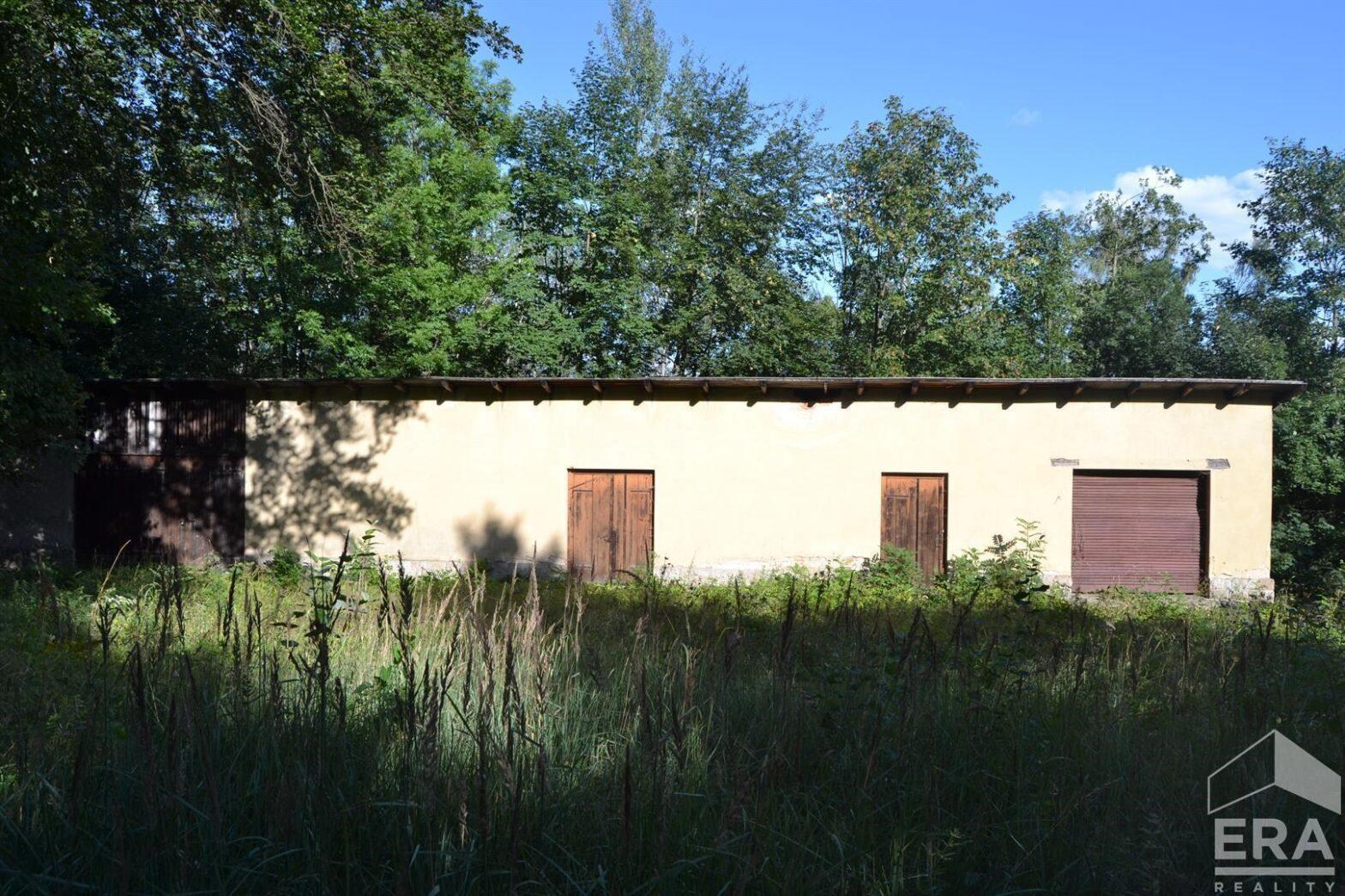 Prodej rozlehlého pozemku s budovou ve Velkých Hamrech