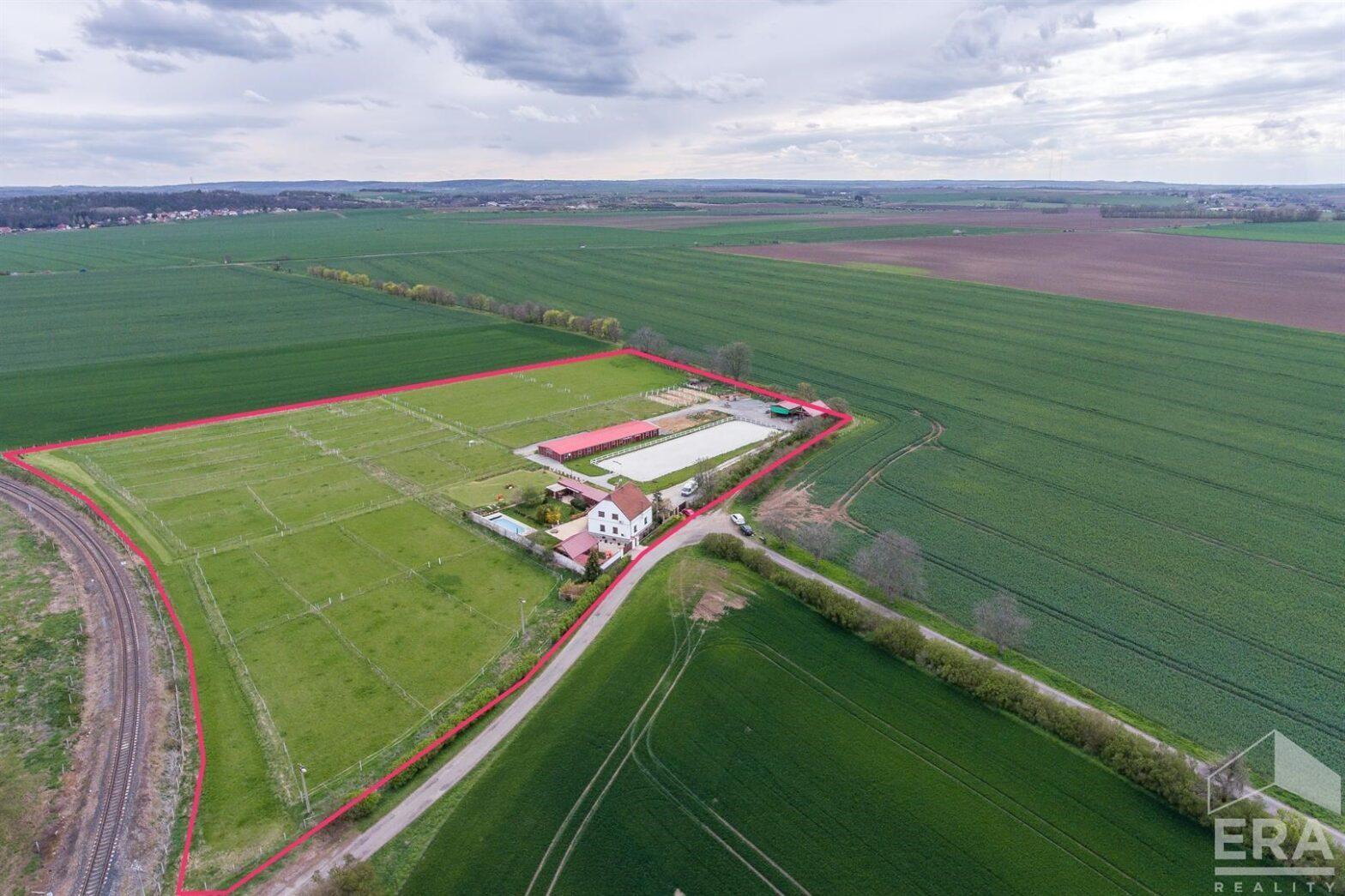 Koňská farma s rodinným domem (5+KK) a pozemky 33.330 m2