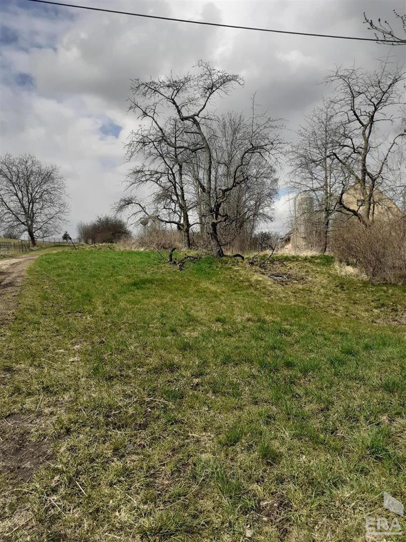 Prodej pozemku o rozloze 1 333 m2 na okraji průmyslové zóny v obci Žleby  Zámecké náměstí 67, Žleby                                                                        Cena: 990 000 Kč