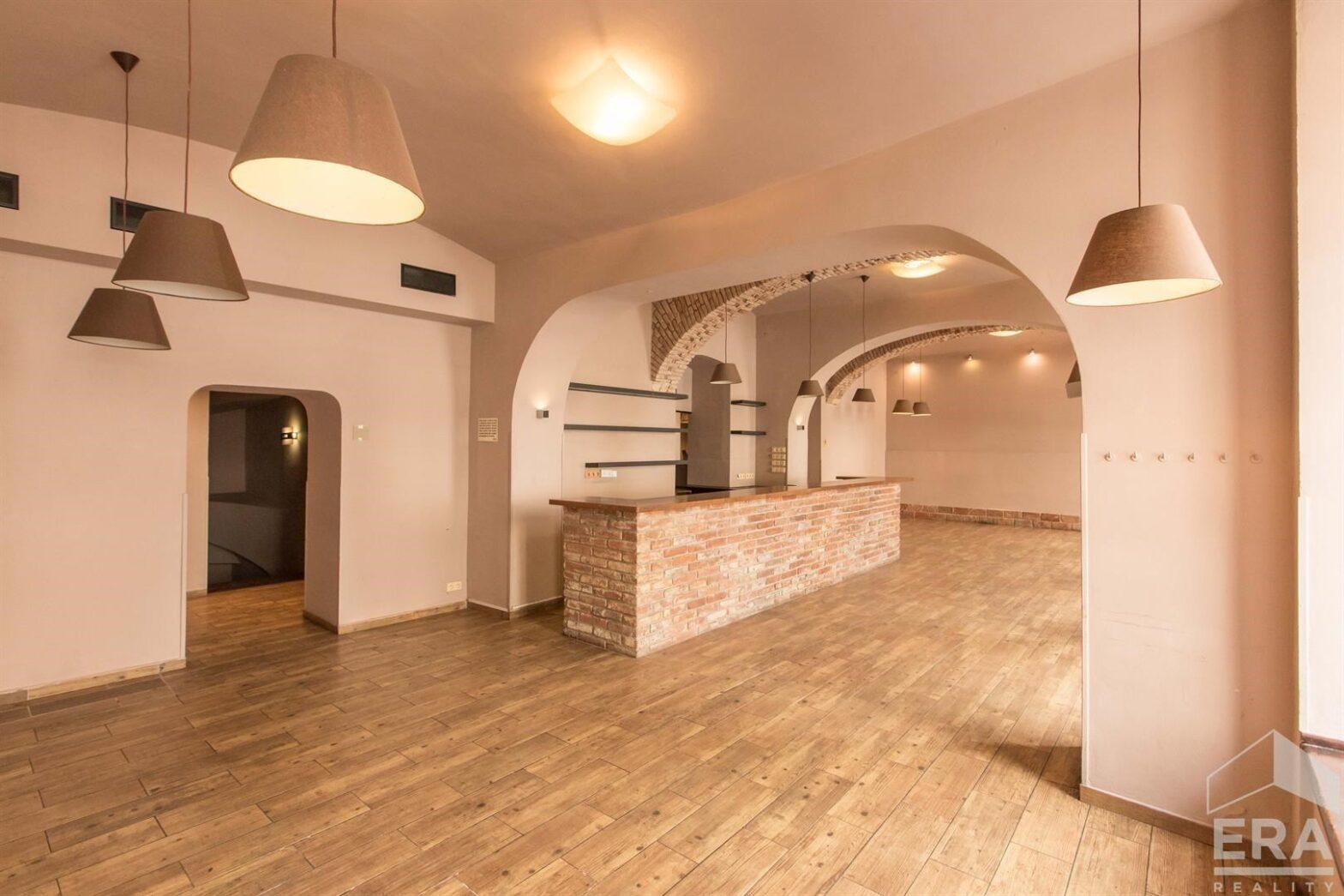 Prostorné, dvoupodlažní obchodní prostory, 430 m2, atraktivní lokalita – Betlémské náměstí, Praha 1 – Volné ihned