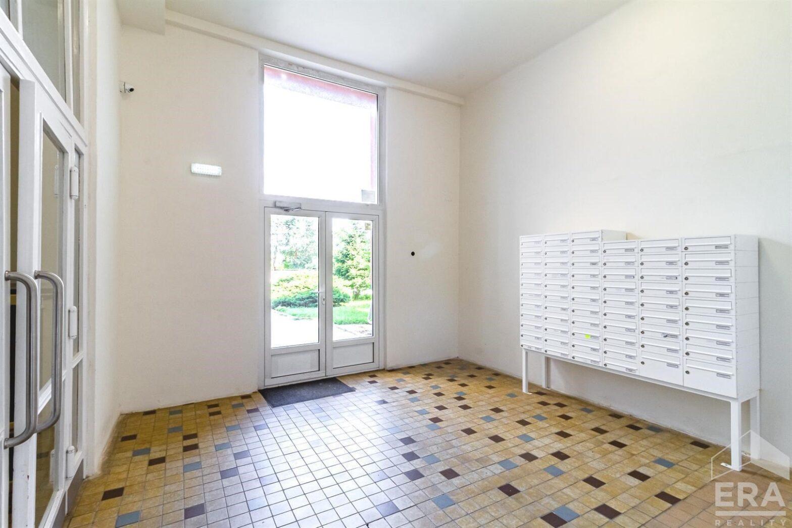 Prodej bytu 3+1 s lodžií a sklepem (60 m2), ul. Evropská, Praha 6